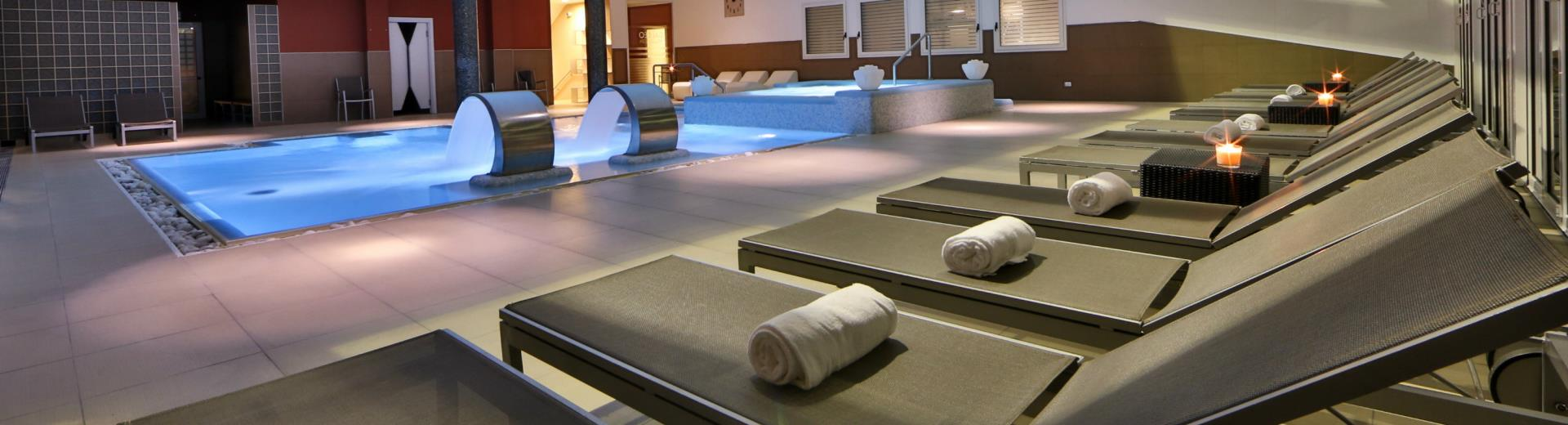 Dynamic heated swimming pool and spa: Book now!