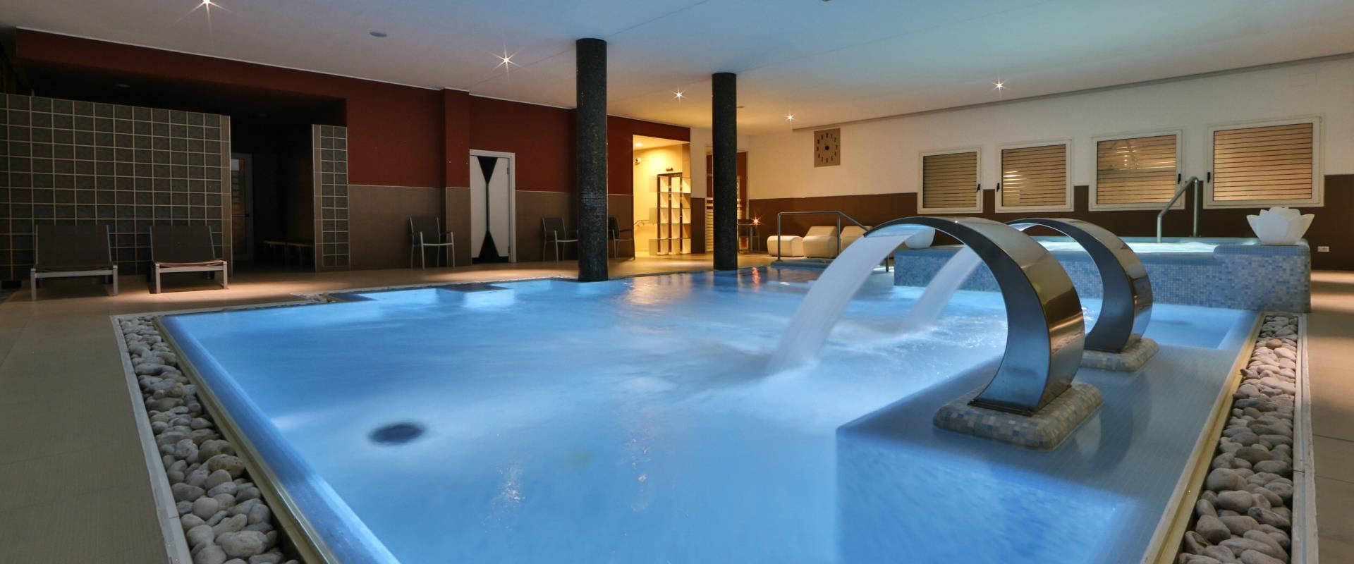 Heated dynamic swimming-pool inside of Best Western Plus HOTEL Galileo Padova
